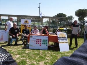 במסיבת העיתונאים מול הכנסת לרגל השקת המדד החברתי הראשון