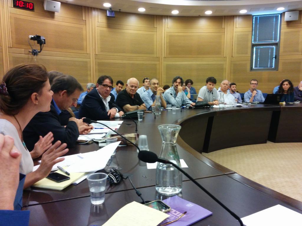 """דו""""ח המבקר קבור למטה בזמן הדיון בוועדה לביקורת המדינה. (צילום: אורלי בר-לב)"""